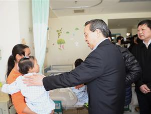 省委书记蒋超良看望在京接受免费救治的先心病患儿