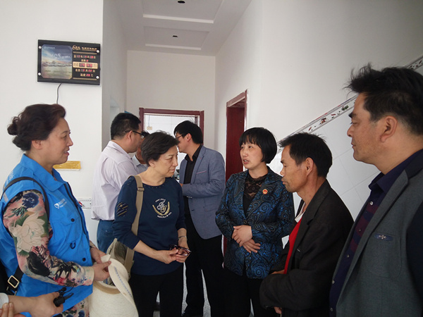 贾虹副会长(左二)了解新路村重建小区整体规划.png