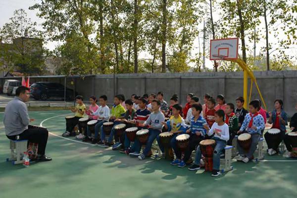 1永和小学学生在进行非洲鼓练习_副本.jpg