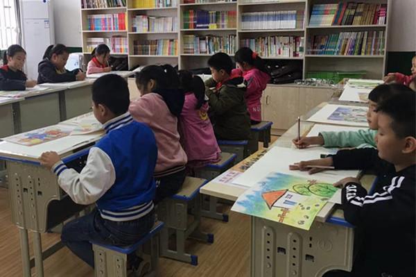 5永合小学学生进行绘画练习_副本.jpg