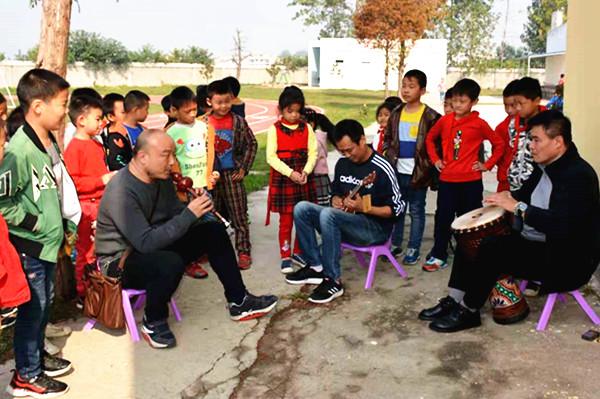 7永和小学志愿者老师为同学进行合奏演示_副本.jpg