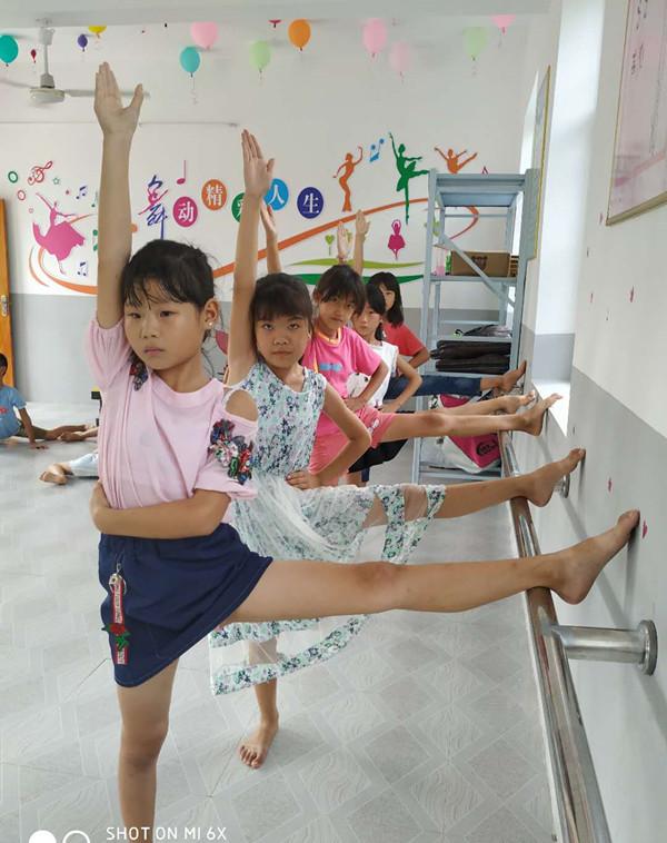 8狮子口小学学生进行形体训练_副本.jpg