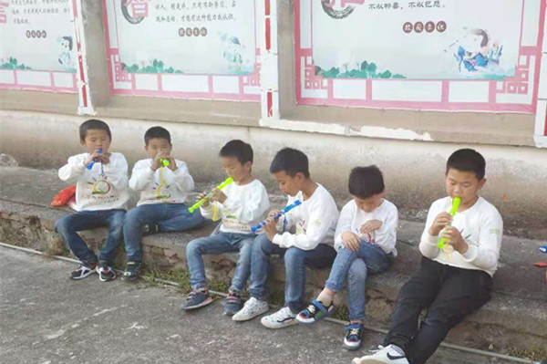 10狮子口小学学生在练习吹箫_副本.jpg