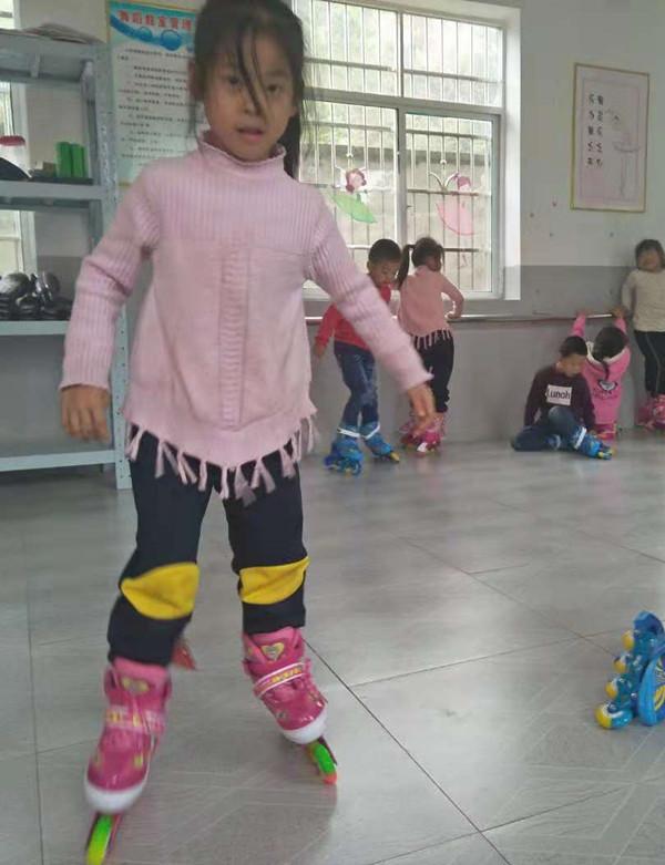 11狮子口小学学生在练习滑旱冰_副本.jpg